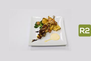 R2- Espeto de carnes y mariscos con chips de yuca y alioli de mango