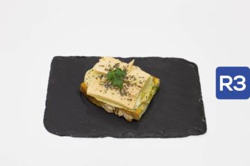 R3- Tosta Hummus de berenjena con ventresca de atún y vinagreta