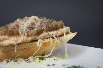 Torrada con lombo, cebola e queixo San Simón da Costa