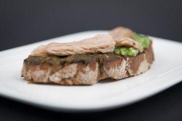 Pan de Castañas de Galicia con doble de pesto e atún ao natural