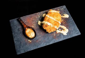 Delicias de pataca e lacón con salsa de tetilla e grelos