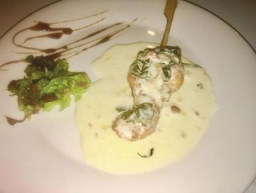 Pincho de pescada e lagostino con salsa de algas e ourizos