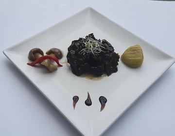 Guiso de rabo de vaca de Bandeira con cogumelos e castañas