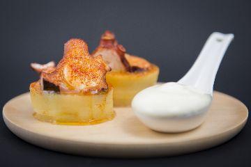 Polbo da ría sobre grolo de Pataca de Galicia e cremoso de queixo San Simón da Costa