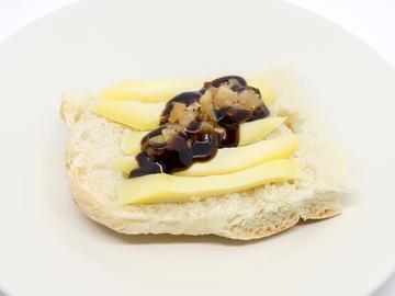 Pincho: Montadiño en pan de Cea con Arzúa Ulloa e castaña en almibar  (Opción 2)