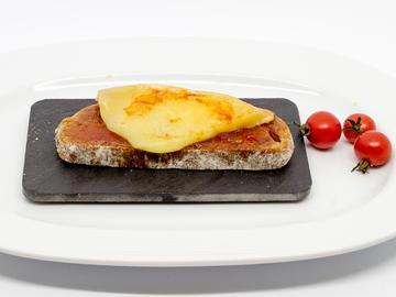 Pincho: Pan de centeo con Queixo San Simón e tomate ecolóxico.