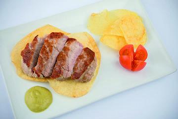 Solombo de porco en mollo de pementos de Herbón e pataca de Galicia