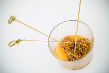 Croquetas veganas de castañas de Galicia asadas e champiñons con coulis de mango