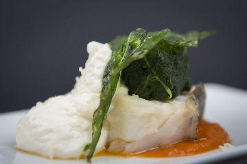 Montadiño de bacallau con grelos de Galicia doces e escuma de queixo San Simón da Costa
