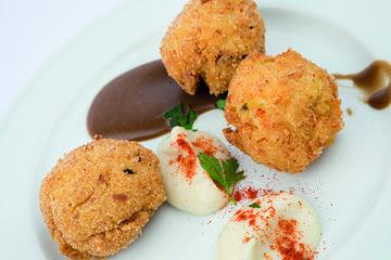 Croquetas de pataca de Galicia, bacallau e allo negro