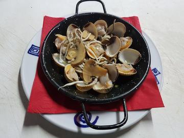 Berberechos ao forno con gulas e cogimelos