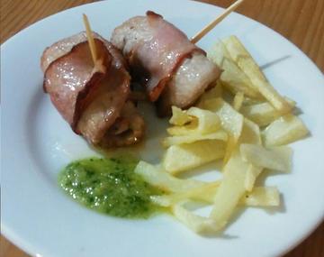 Medallones de lomo de cerdo y panceta con salsa verde