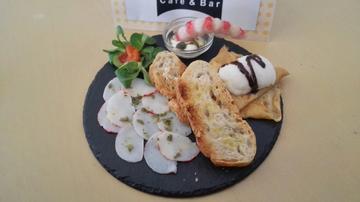 Capaccio de Langosta con salsa ceviche sobre tostas. Decoracion, surimi de langostino Toque dulce con Filloa de licor Café y helado.