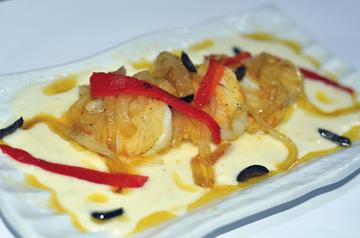 Lombiños de bacallau sobre crema de pataca e confeitura de cebola.