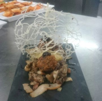 Salteado de cogumelos e morcilla con confitura de mazá