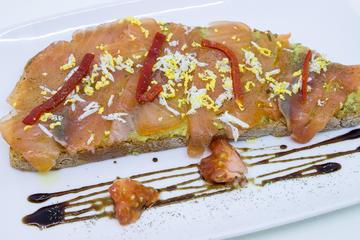 Tosta de aguacate con sasimi de salmón