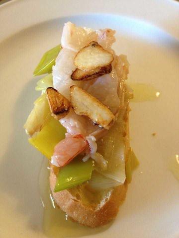 Langostino marinado con puerros salteados. Marinaded shirmps with sauteed leeks.