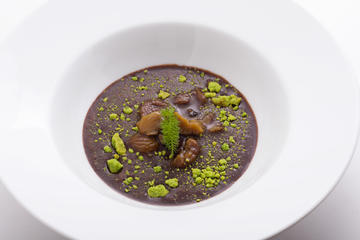 Sopa de chocolate con castañas crocantes