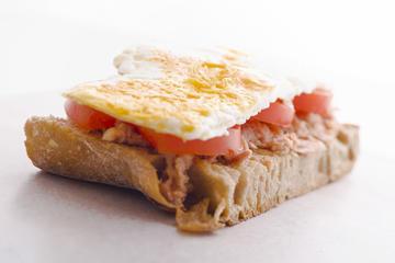 Tosta de atún, tomate natural e ovo frito