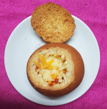 Huevos al nido con sobrasada y queso sobre panecillo sorpresa. Eggs to the nest with sobrasada and cheese on bread.