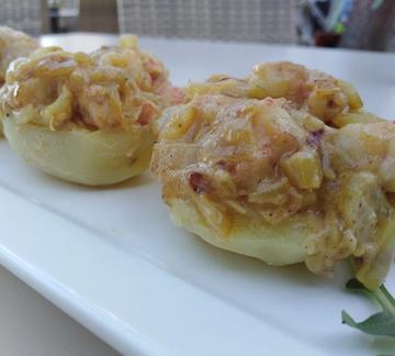 Patata rellena de gambas al curry. Potato Stuffed with prawns and curry sauce.