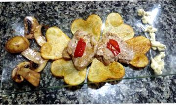 Corazón de pataca con solombo en viño branco acompañado de champiñóns en salsa de cebola caramelizada