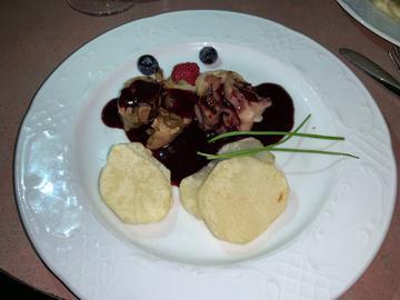 Pé de porco recheo de boletus con pataca panadeira en salsa de mencía con froitos vermellos
