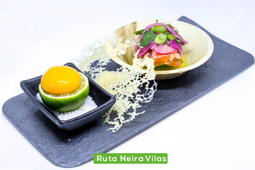 Cebiche de salmón con detalle de parmesano y huevo inyectado en salsa de ostra