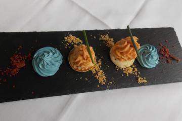 Cremoso do cantábrico, ali-oli azul, torrada de pan e escuma mariña.