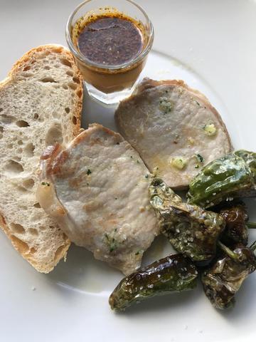 Lomo con pimientos de Padrón e salsa estilo Ningures