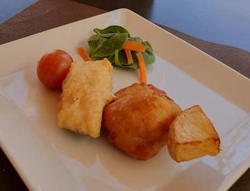 "Brocheta de ""fish and chips"" con tempura de coliflor."