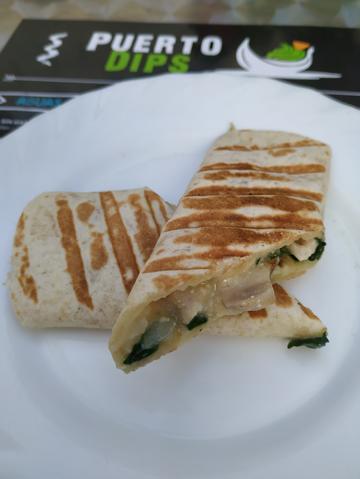 Burrito de queso emmental y pollo al puerro con champiñones.