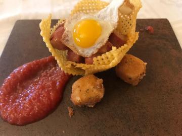 PEKETAPA. Nido de patata con salchichas, huevo frito y queso empanado