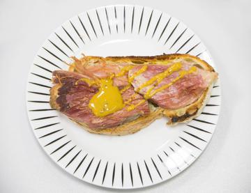 Tosta de lacón asado en vinagreta de tres mostazas