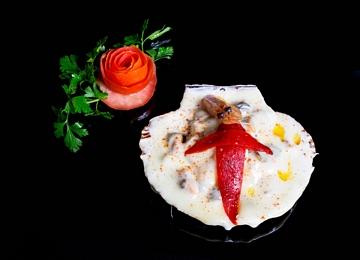 Vieira rechea con delicias do mar gratinada