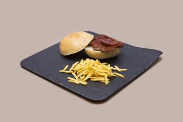 Hamburguesita de buey, bacon crujiente y s. barbacoa