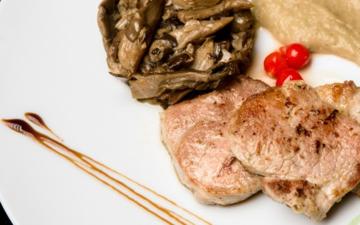 Solomillo de cerdo en salsa de castañas y champiñones