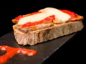 Tosta de chicharrones con crema de pimientos y queso Arzúa-Ulloa