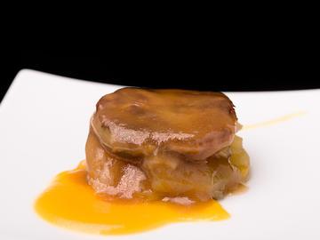 Mil Hojas de manita de cerdo, champiñón confitado y manzana caramelizada con crema de calabaza