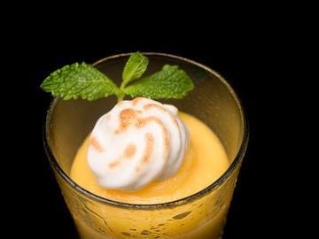 Vaso de naranja y merengue