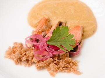 Mejillón salsa curry, cebolla frita y cacahuete