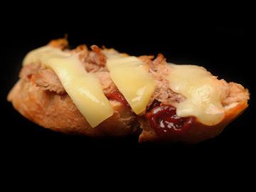 Tosta de chicharrón con mermelada de pimiento y queso Ulloa