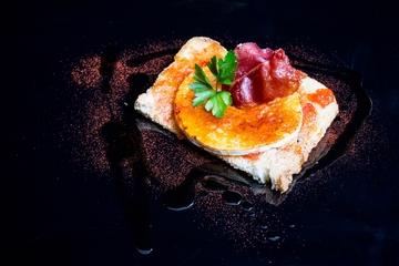 Tosta de pan payés con tomate confeitado, rolo e crocante de xamón